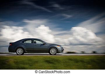 automobilen, kørende, fast.
