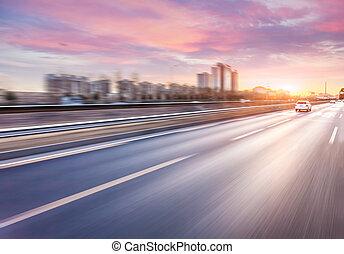 automobilen, kørende, på, motorvej, hos, solnedgang, motion...