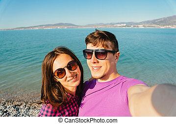 autoportrait, couple, heureux, plage, prendre, aimer