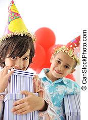 autour de, célébrer, présente, anniversaire, ballons, enfants, fête, heureux