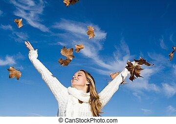 autunno, donna, bracci alzati, in, felicità