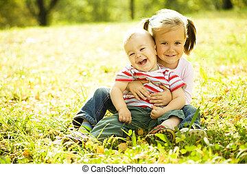 autunno, parco, bambini giocando