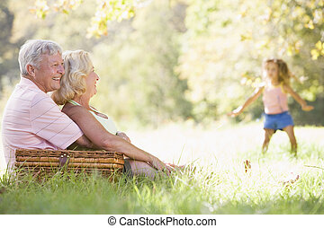 avós, em, um, piquenique, com, menina jovem, em, fundo, dançar