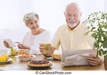 avô, jornal leitura, durante, pequeno almoço