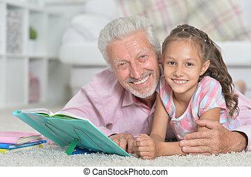 avô, livro leitura, com, seu, pequeno, neta