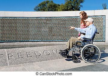 avô, neta, cadeira rodas, wwii, memorial