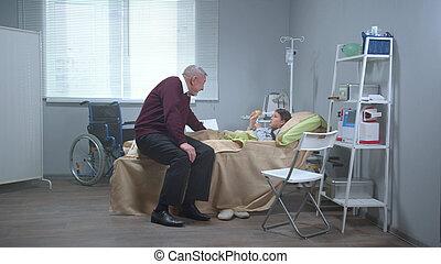 avô, sentar, conversa, seu, cama, neta