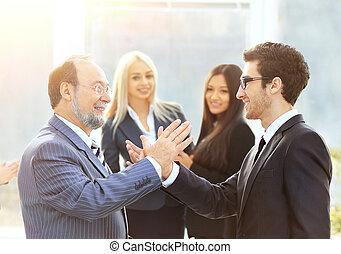 avant, business, amical, poignée main, deux, partenaires, réunion, seconde