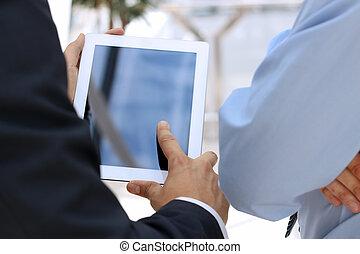 avbild, två, ung, touchpad, affärsmän, användande