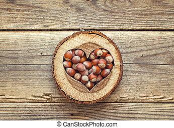 avelã, em, um, esculpido, madeira, coração, ligado, antigas, madeira, experiência., topo, vista.