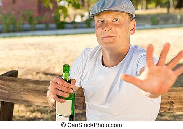 avergonzado, hombre, adicto, a, alcohol, tenencia, un, botella