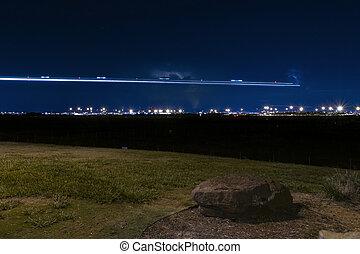 avión, luz arrastra, encima, distante, aeropuerto, por la noche