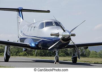 avión, solo, runway., turbohélice, estacionado