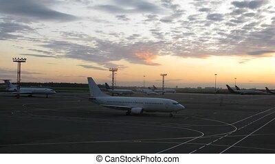 aviões, plataformas, ligado, decolagem, campo, ligado, pôr...