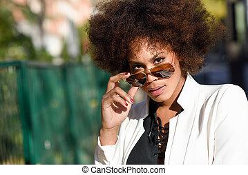 aviador, afro, gafas de sol, negro, peinado, mujer, joven