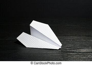 avion papier, sur, sombre