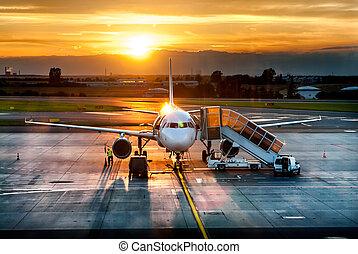 avion, près, les, terminal, dans, une, aéroport, à, les, coucher soleil