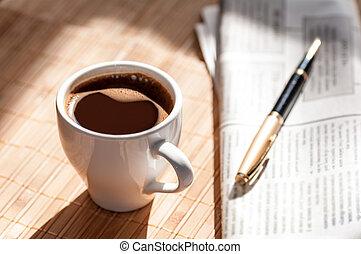 avis, pen kop, sort kaffe