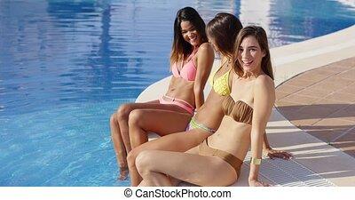 avkopplande, tre, flickvänner, ung, poolside, sexig