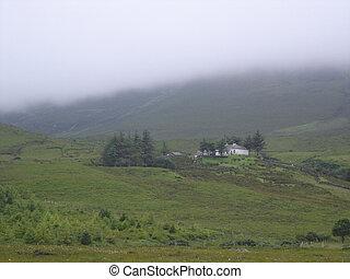 avlägsen, stuga, på, a, dimmig, bergssluttning