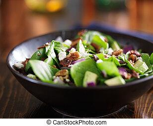 avocado, salat spinat, hos, feta ost, pecans, og, bacon