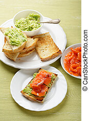 avocado, toosten, salmon