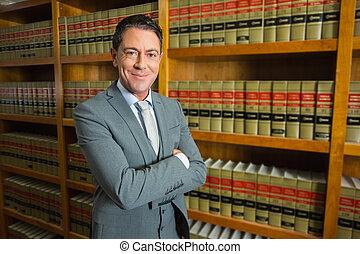 avocat, debout, dans, les, bibliothèque loi