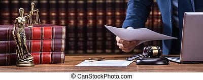 avocat, maillet, tenue, ordinateur portable, documents