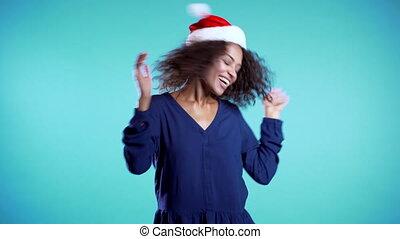 avoir, célébrer, séduisant, africaine, noël, nouvelle femme, course, chapeau, ou, 4k, mélangé, arrière-plan., fille souriante, danse, santa, bleu, fun., heureux, joli, année