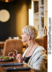 avoir, dîner, restaurant, élégant, regarder, femme aînée, ...