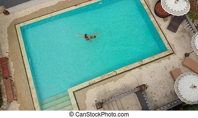 avoir, fils, bon, natation, concept, vie, jeune, exotique, prise vue aérienne, touristes, temps, peu, elle, femme, piscine, surrounding.