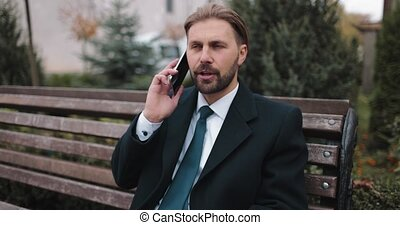avoir, homme affaires, conversation téléphonique