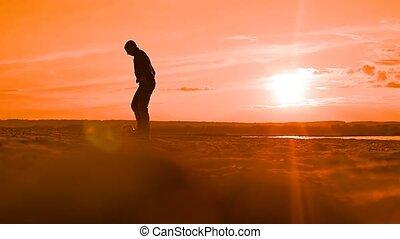 avond, een, man, achtervolgen, een, bal, op het strand, slowmotion, video