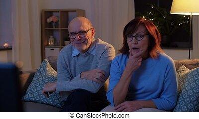 avond, paar, vrolijke , schouwend, senior, thuis, tv