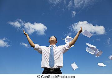 avslappnad, affärsman, kasta bort, papper, till, den, sky