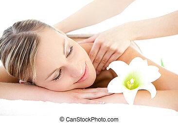 avslappnad, kvinna, mottagande, a, massera tillbaka