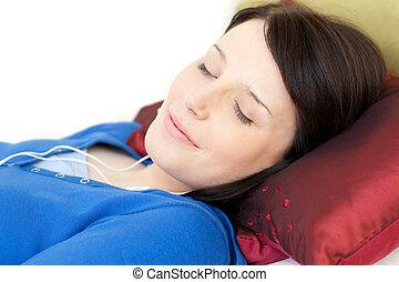avslappnad, musik, soffa, lögnaktig, lyssnande, kvinna, ung