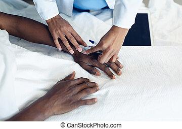 avvärja, hand, iv, kvinna läkare, fästa, droppa, manlig, tålmodig