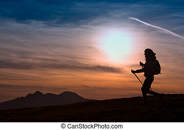 avventura esterna, modo vivere attivo, tramonto, andando gita, donna, montagne