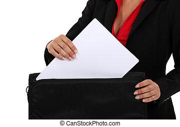 avvocato, tirare, uno, documento, fuori, di, lei, cartella