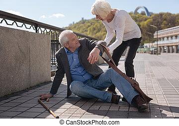 ayuda, alegre, calle, sentado, pensionista, receiving
