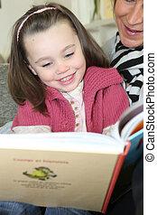 ayuda, joven, libro, adulto, lectura de la muchacha