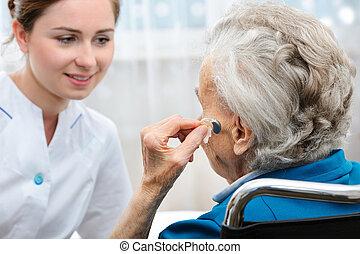 ayuda, mujer mayor, oído
