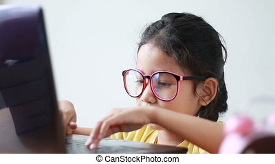 aziaat, klein meisje, gebruikende laptop, computer, met, geluk, en, vrolijk