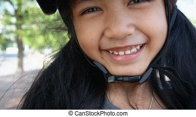 aziaat, klein meisje, glimlachen, met, geluk, vervelend, sportende, bouwhelm