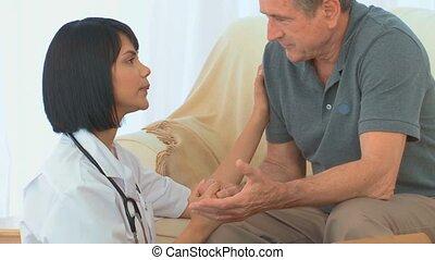 aziaat, verpleegkundige, klesten, met, haar, ziek, patiënt
