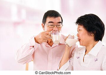 aziaat, volwassen paar, drinkt, soy melk