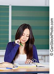 aziatisch meisje, lezende , in, binder, geconcentreerd