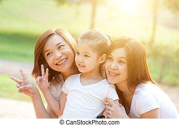 aziatische familie, buitenshuis
