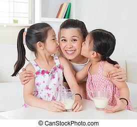 aziatische familie, hartelijk
